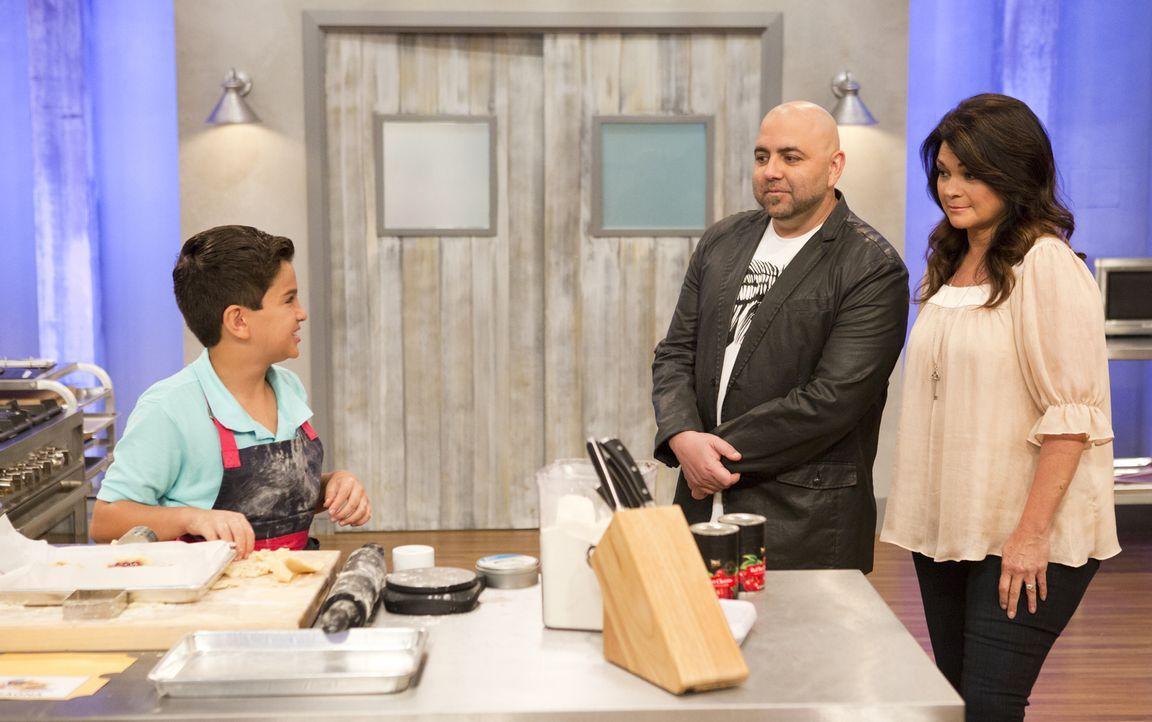 Duff Goldman (M.) und Valerie Bertinelli (r.) sind gespannt, wie sich Matthew in der nächsten Challenge schlagen wird ... - Bildquelle: Adam Rose 2015, Television Food Network, G.P.  All Rights Reserved.