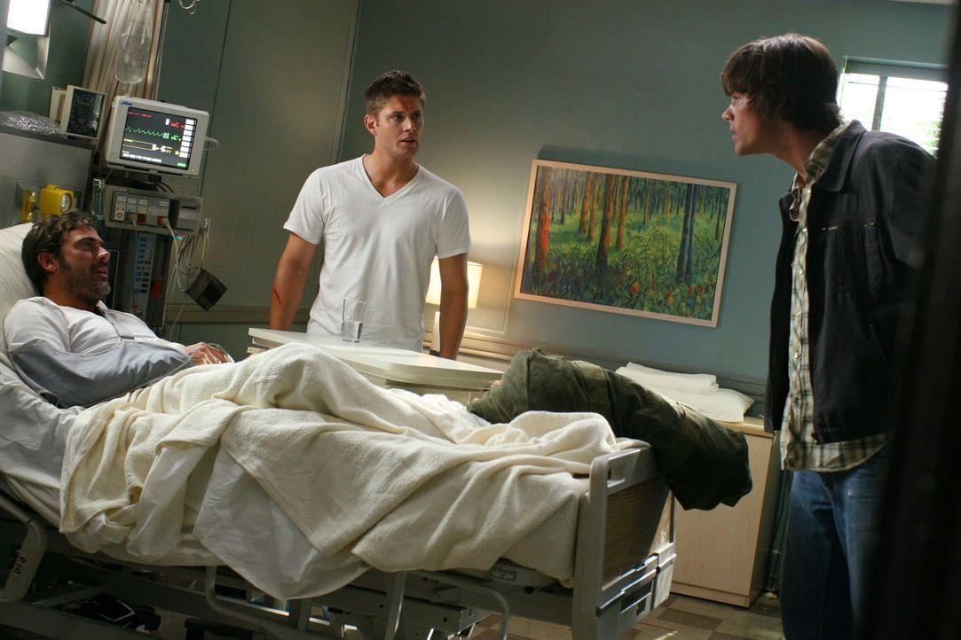 Dean (Jensen Ackles, M.) weiß noch nicht, dass er eigentlich im Koma liegt. Erst als ihn Sam (Jared Padalecki, r.) und John (Jeffrey Dean Morgan, l.... - Bildquelle: Warner Bros. Television