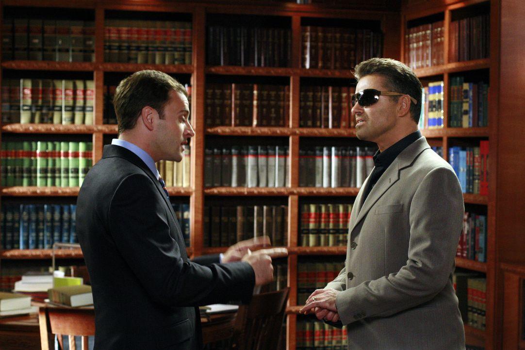 Eli (Jonny Lee Miller, l.) kann es kaum glauben: Sein Idol George Michael (r.) will vor Gericht gehen - und er soll ihn vor Gericht vertreten! - Bildquelle: Disney - ABC International Television