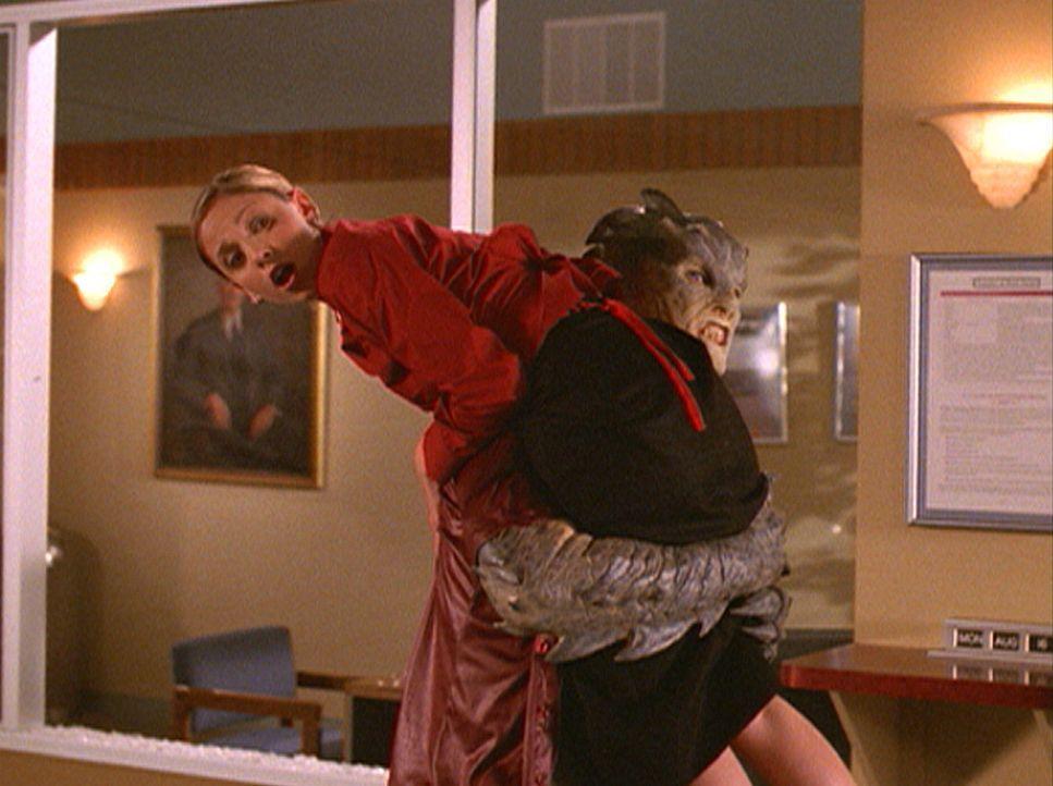 Ein Dämon fordert den Kopf der Jägerin. Buffy (Sarah Michelle Gellar) wird zur Beute ... - Bildquelle: TM +   2000 Twentieth Century Fox Film Corporation. All Rights Reserved.