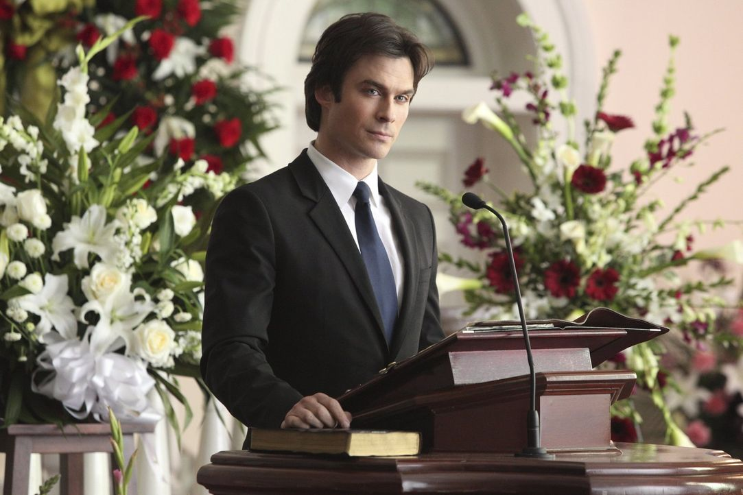 Damon (Ian Somerhalder) hält eine wundervolle Trauerrede und spricht genau das aus, was gesagt werden musste ... - Bildquelle: Warner Bros. Entertainment, Inc
