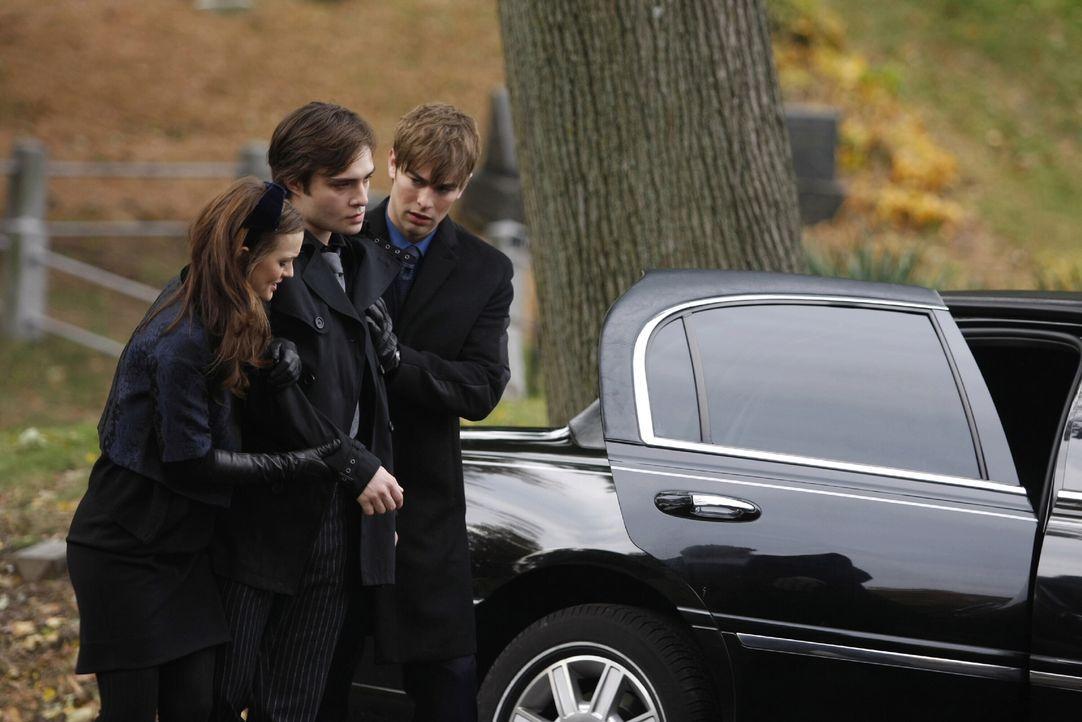 Bei der Beerdigung von Bart dreht Chuck (Ed Westwick, M.) völlig durch. Seine Freunde Nate (Chace Crawford, r.) und Blair (Leighton Meester, l.) ste... - Bildquelle: Warner Brothers