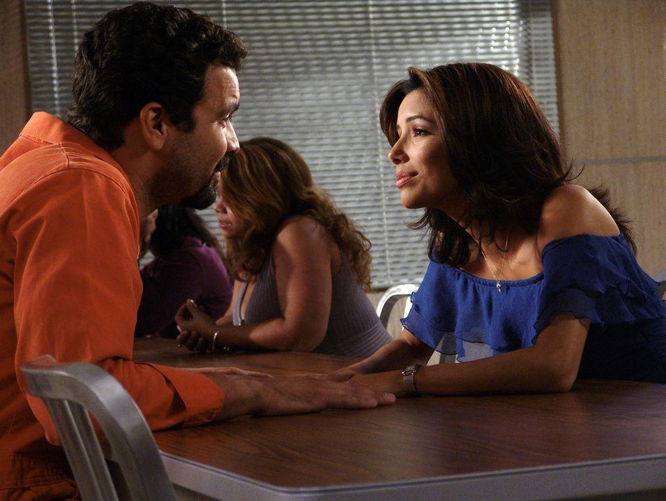 Carlos (Ricardo Antonio Chavira, l.) sitzt in Untersuchungshaft, da er krummer Geschäfte beschuldigt wird. Doch Gabrielle (Eva Longoria, r.) glaubt... - Bildquelle: Touchstone Pictures
