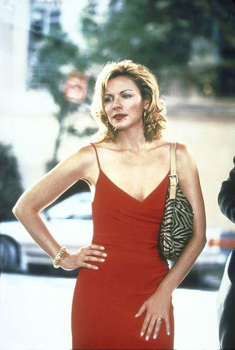 Samantha (Kim Cattrall) lernt auf der Straße einen Mann kennen, der ihr dank seiner ausgeprägt männlichen Erscheinung auf Anhieb gefällt. - Bildquelle: 2001 Paramount Pictures