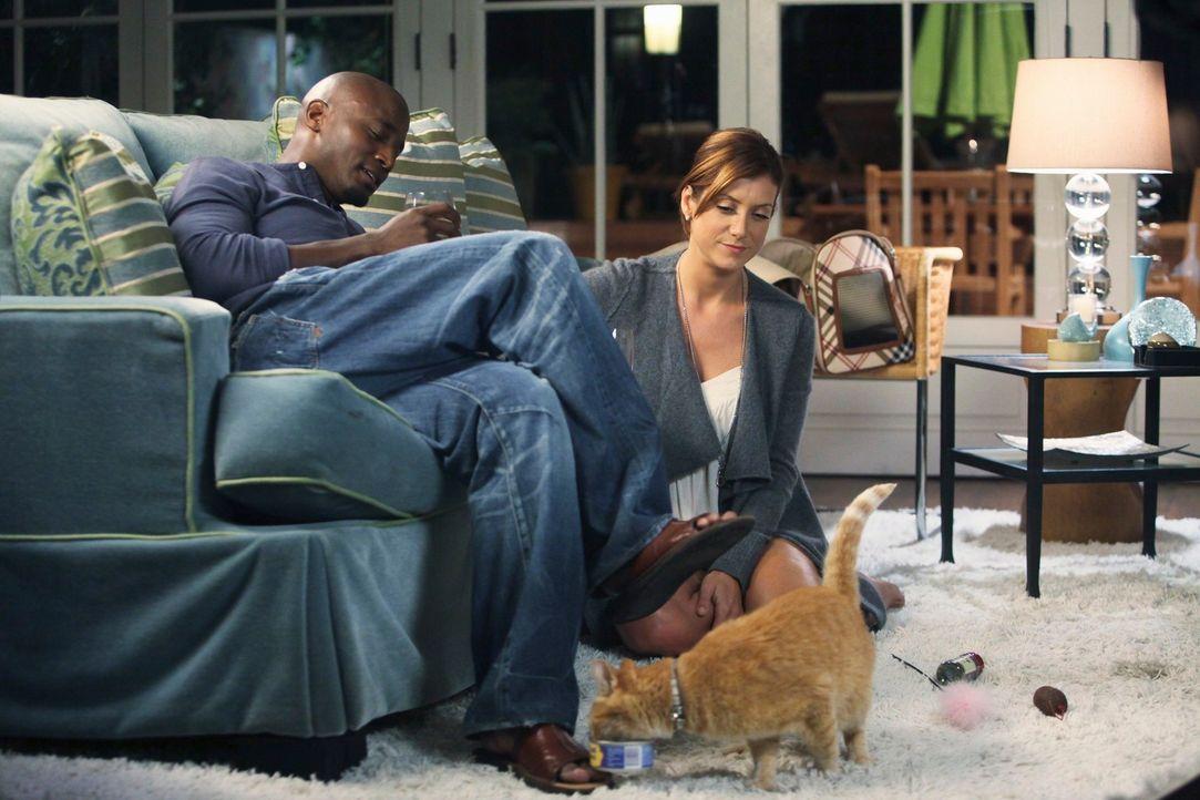 Addison (Kate Walsh, r.), die sich dafür entschieden, Lillies Katze zu behalten, holt Sam zur Hilfe, denn diese versteckt sich unter ihrem Sofa. Sam... - Bildquelle: ABC Studios