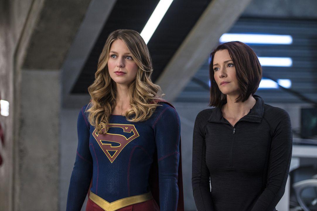 Haben die ehrenvolle Aufgabe Präsidentin Marsdin vor einem unbekannten Angreifer zu beschützen: Supergirl (Melissa Benoist, l.) und Alex (Chyler Lei... - Bildquelle: 2016 Warner Bros. Entertainment, Inc.