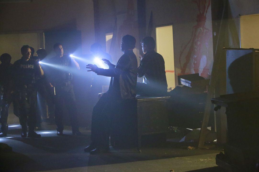 Esposito (Jon Huertas, hinten l.) und Ryan (Seamus Dever, vorne l.) denken, sie sind den Mördern auf der Spur, doch dann treffen sie auf Castle (Nat... - Bildquelle: Mitchell Haaseth 2015 American Broadcasting Companies, Inc. All rights reserved.