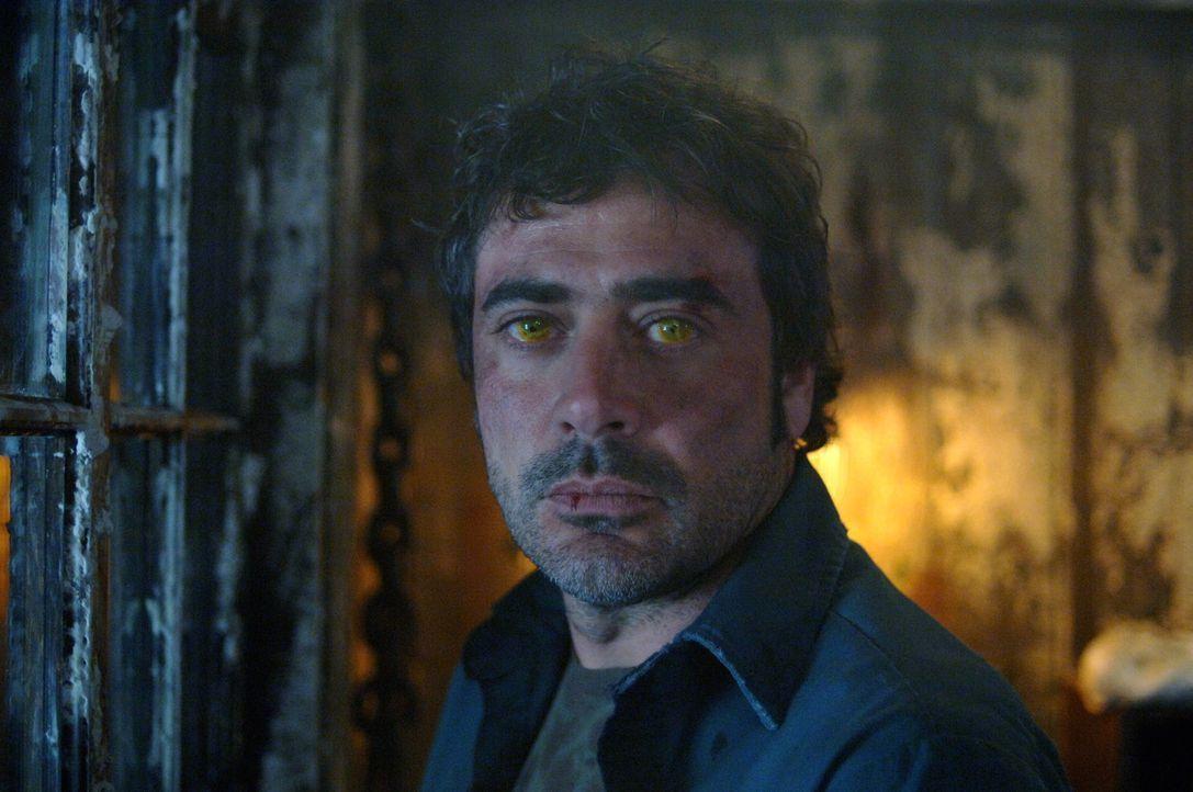 Ist John (Jeffrey Dean Morgan) von einem Dämon besessen? - Bildquelle: Warner Bros. Television