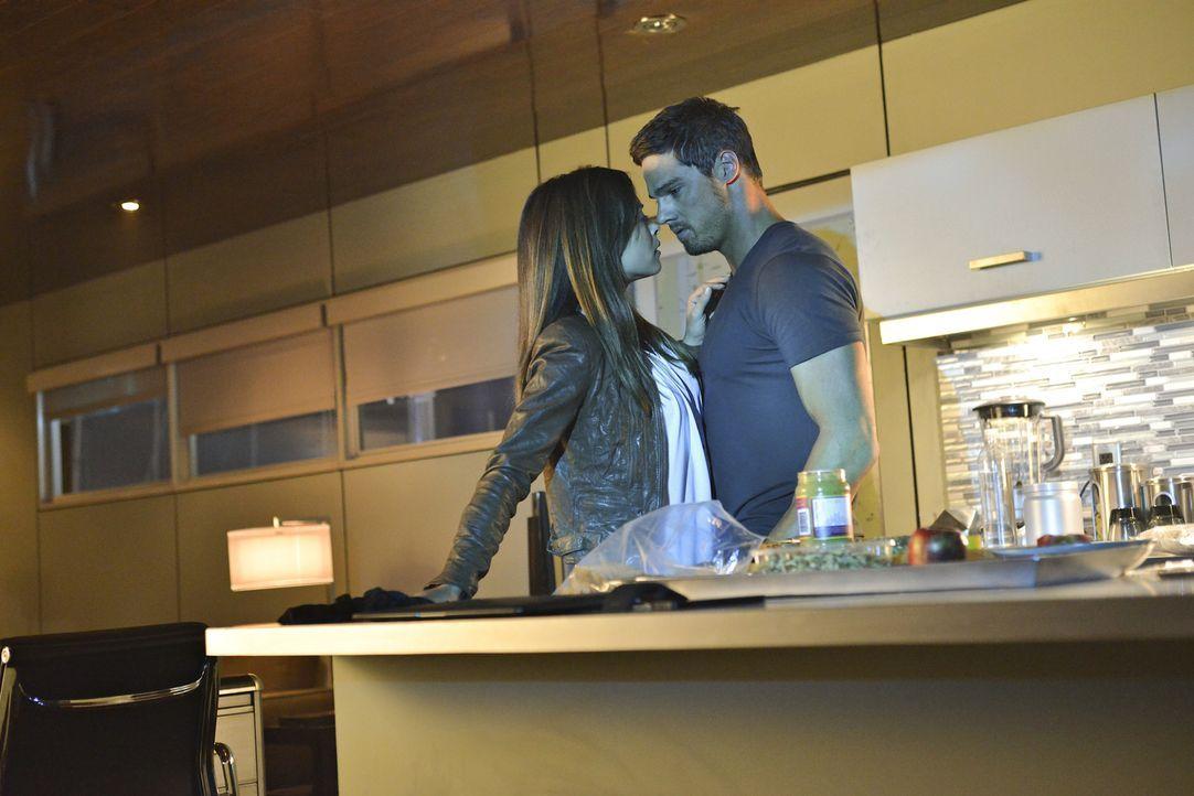 Kommen sich erneut gefährlich nahe: Vincent (Jay Ryan, r.) und Catherine (Kristin Kreuk, l.) ... - Bildquelle: 2013 The CW Network, LLC. All rights reserved.