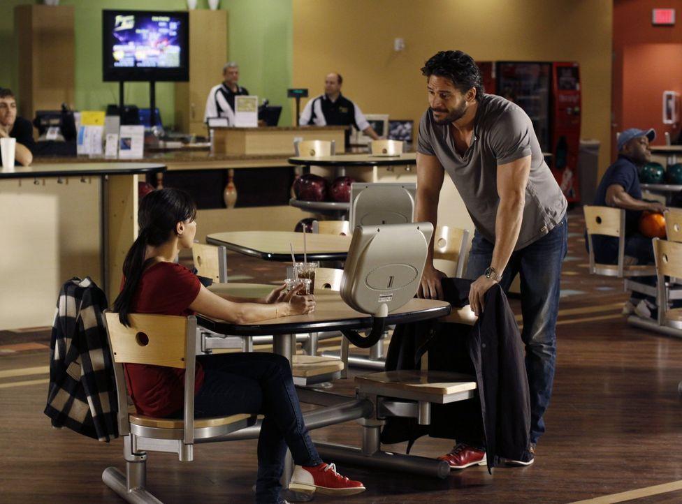 Bei einem ihrer Treffen begegnet Millicent (Lisa Goldstein, l.) dem charmanten Owen (Joe Manganiello, r.) ... - Bildquelle: Warner Bros. Pictures