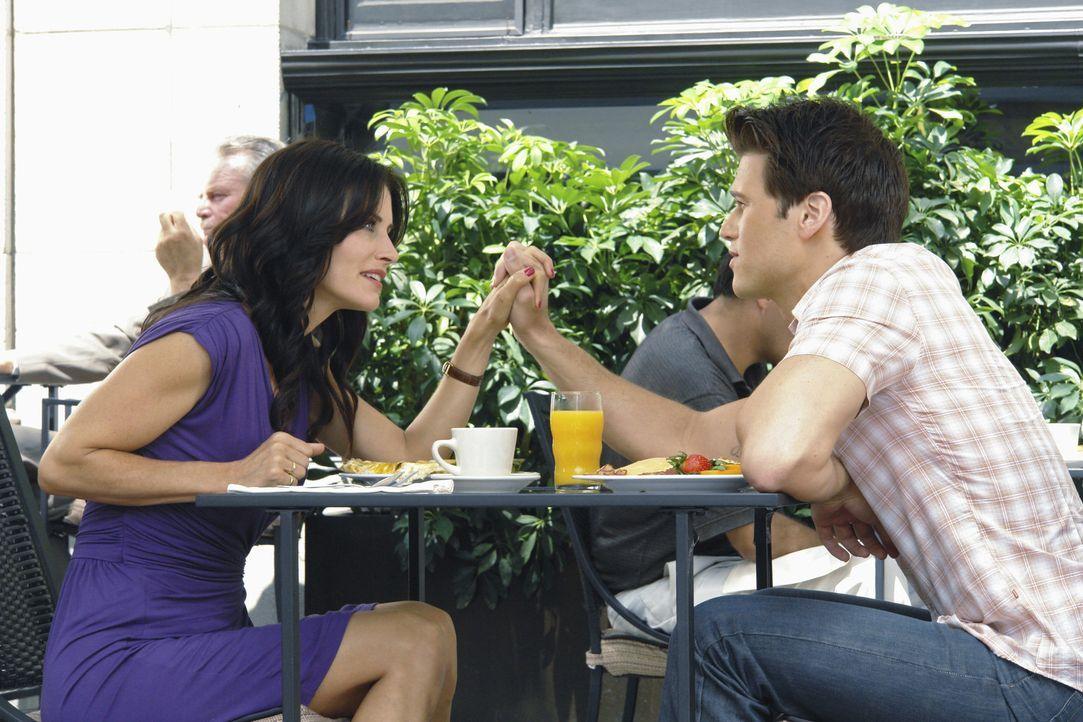 Das besondere zehnte Date: Josh (Nick Zano, r.) und Jules (Courteney Cox, l.) ... - Bildquelle: 2009 ABC INC.
