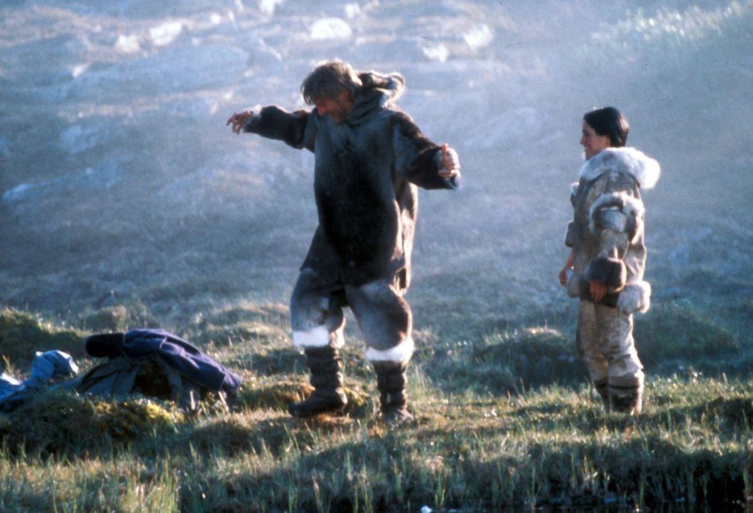 Kanaalaq (Annabella Piugattuk, r.) ist mit dem Leben in der Wildnis vertraut. Charlie Halliday (Barry Pepper, l.) ist stark auf ihre Hilfe und ihr W... - Bildquelle: Overseas Filmgroup