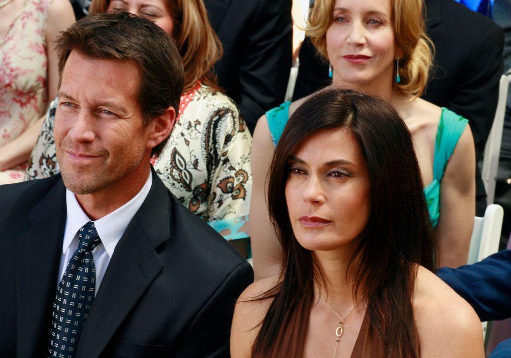 Noch ahnt Mike (James Denton, l.) nicht, was Susan (Teri Hatcher, r.) mit ihm vor hat ... - Bildquelle: 2005 Touchstone Television  All Rights Reserved