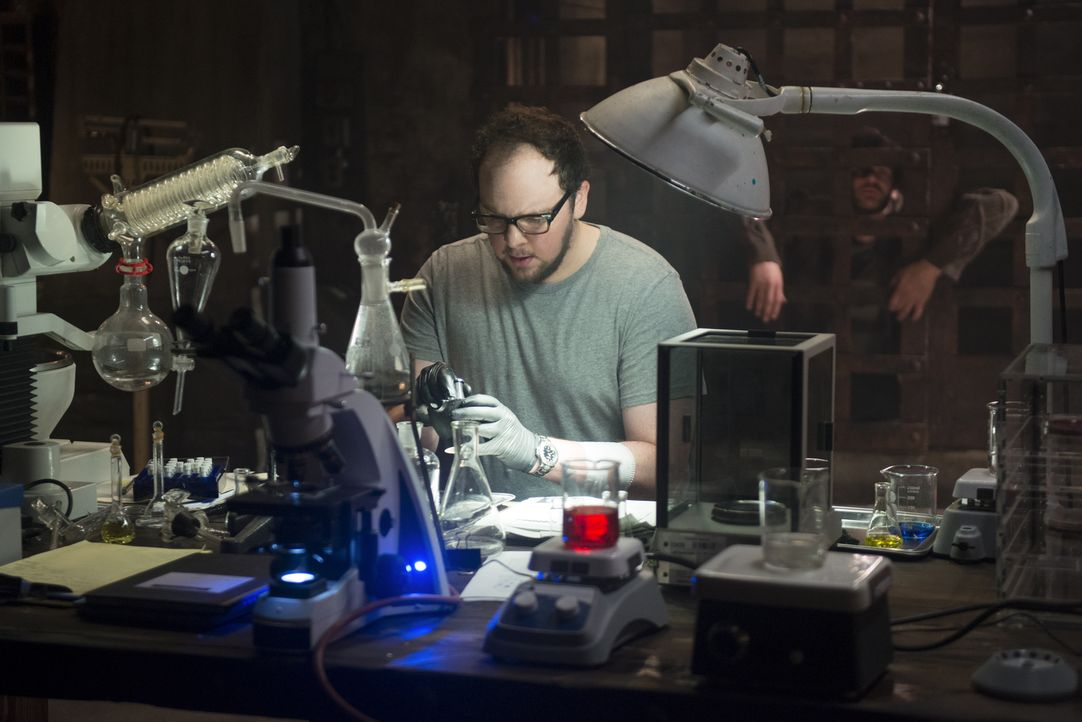 Muss für seine Kidnapper ein Serum herstellen, das Muirfield benutzt hat, um die Bestien zu erschaffen: J.T. (Austin Basis) ... - Bildquelle: 2013 The CW Network, LLC. All rights reserved.