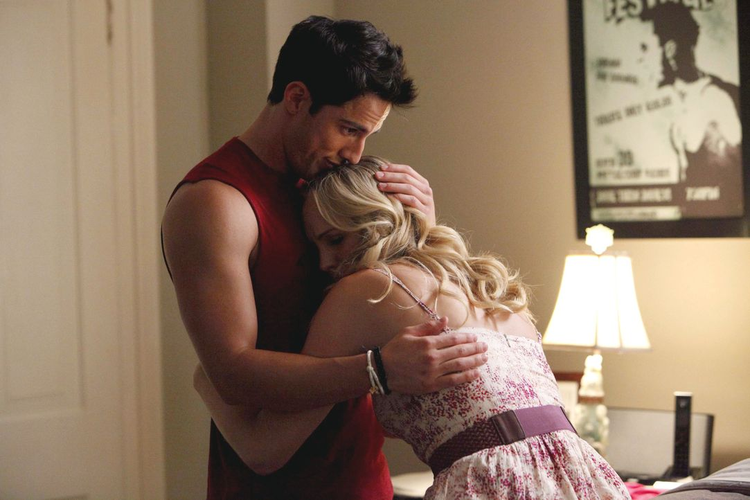Caroline (Candice Accola, r.) sucht Trost bei Tyler (Michael Trevino, l.) ... - Bildquelle: 2011 THE CW NETWORK, LLC. ALL RIGHTS RESERVED.