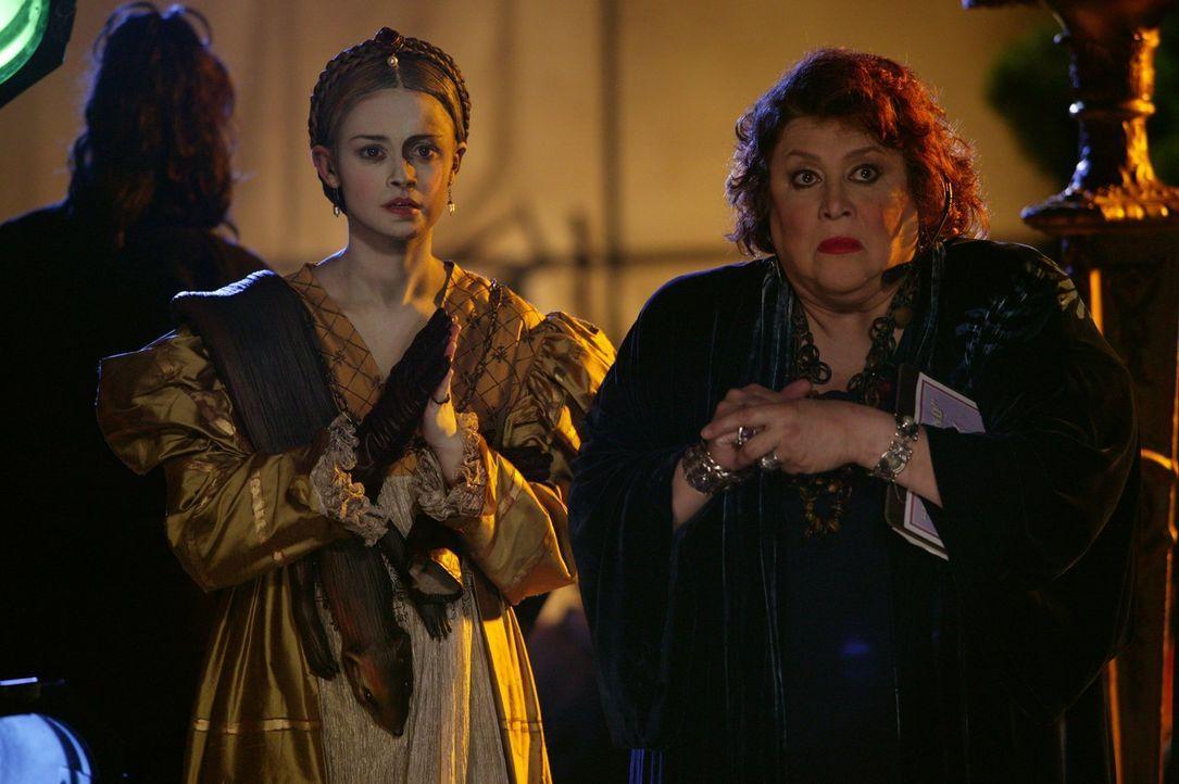 """Ganz spontan wird das """"Festival der lebenden Bilder"""" nach Stars Hollow verlegt. Gelingt es Rory (Alexis Bledel, l.) und Miss Patty (Liz Torres, r.),... - Bildquelle: 2003 Warner Bros."""