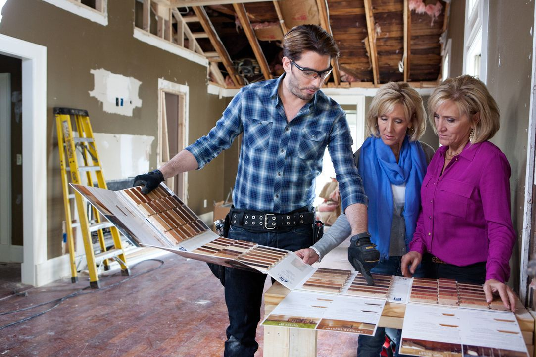 Beim Umbau der renovierungsbedürftigen Immobilie hat Jonathan (l.) einige gute Ideen, die auch Susy (M.) und Sandy (r.) zeigen, dass aus diesem Haus... - Bildquelle: Jessica McGowan 2013, HGTV/Scripps Networks, LLC. All Rights Reserved