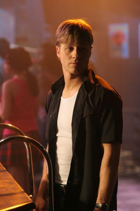Um seinem Bruder Trey zu helfen, sucht Ryan (Benjamin McKenzie) undercover nach dem Jungen der Jess auf der Party tatsächlich die Drogen gegeben ha... - Bildquelle: Warner Bros. Television