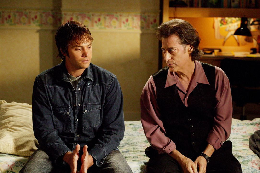 Matt (Barry Watson, l.) erzählt Rabbi Glass (Richard Lewis, r.) von seiner Entscheidung, nun doch kein Arzt mehr werden zu wollen ... - Bildquelle: Paul McCallum The WB Television Network