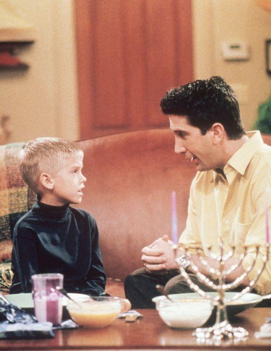 Ross (David Schwimmer, r.) versucht seinem Sohn Ben (Cole Sprouse, l.) zu erklären, dass es nicht nur Weihnachten, sondern auch Chanukka gibt ... - Bildquelle: TM+  2000 WARNER BROS.