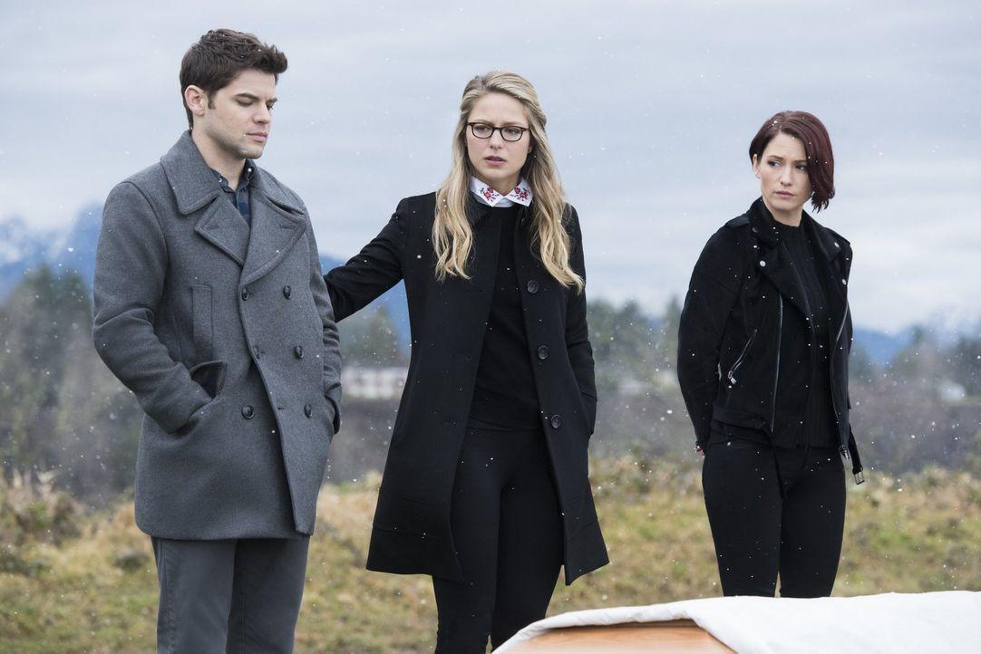 Der Tod von Winns (Jeremy Jordan, l.) Vater beschäftigt Kara (Melissa Benoist, M.), Alex (Chyler Leigh, r.) und das Team, nachdem die Beerdigung all... - Bildquelle: 2017 Warner Bros.