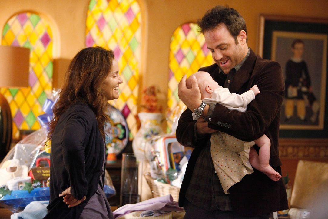 Da er sich große Vorwürfe macht und sich für Violets (Amy Brenneman, l.) momentane Situation verantwortlich fühlt, fällt es Cooper (Paul Adelstein,... - Bildquelle: ABC Studios