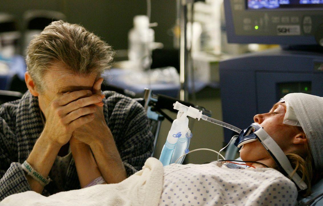 George, Izzie und Lexie kümmern sich um eine verletzte Frau (Bhama Roget, r.), deren Vater (David Clennon, l.) ebenfalls im Seattle Grace liegt und... - Bildquelle: Touchstone Television