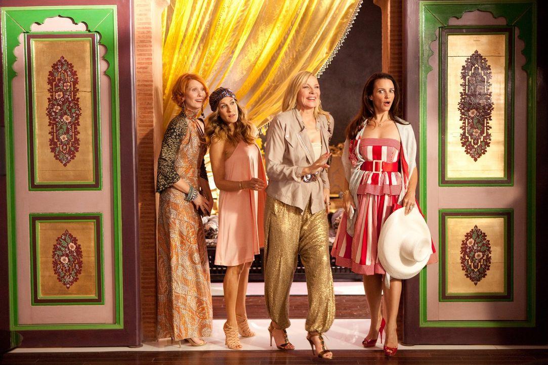 Ablenkung von all ihren Sorgen, Nöten und Ängsten soll eine Woche Luxusurlaub in Abu Dhabi schaffen - und tatsächlich blühen die Carrie (Sarah J... - Bildquelle: Warner Brothers