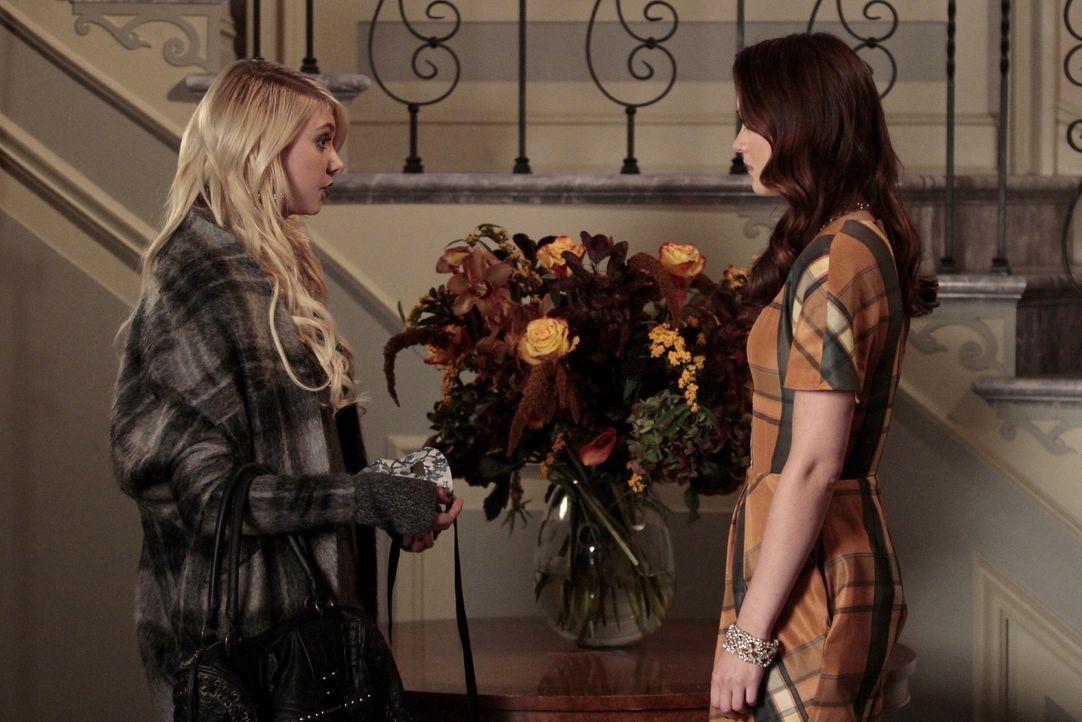 Nach alldem, was geschehen ist, vertraut sich Jenny (Taylor Momsen, l.)  Blair (Leighton Meester, r.) an ... - Bildquelle: Warner Bros. Television