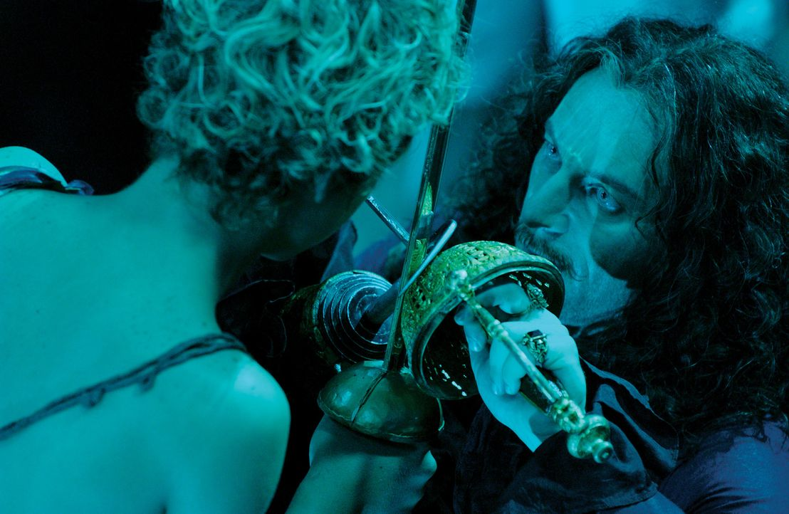 Um Peter Pan (Jeremy Sumpter, l.) in seine Gewalt zu bekommen, schmiedet Captain Hook (Jason Isaacs, r.) einen finsteren Plan, und schreckt auch nic... - Bildquelle: 2004 Sony Pictures Television International. All Rights Reserved.