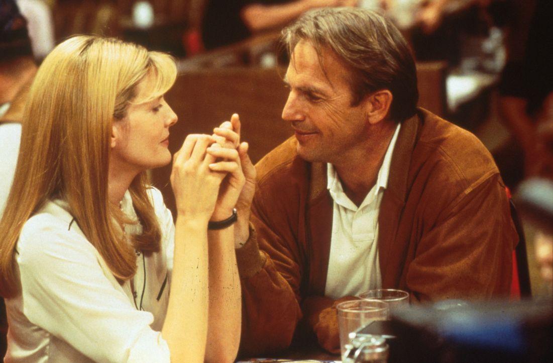 Aufgrund seiner Liebe zu Molly (Rene Russo, l.) schafft es der dickköpfige Roy (Kevin Costner, r.), sein Leben wieder in den Griff zu bekommen ... - Bildquelle: WARNER BROS.