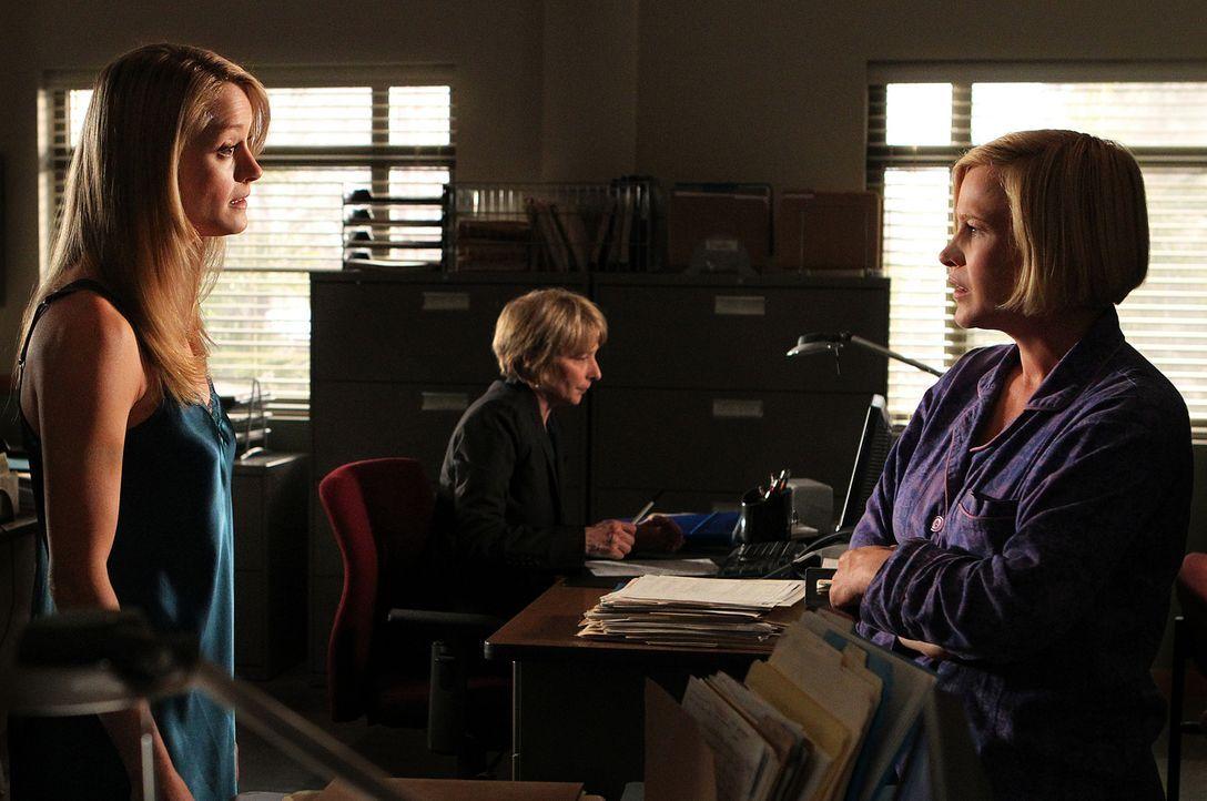 Der Geist von Mary-Louise Graff (Teri Polo, l.) nimmt Kontakt zu Allisons (Patricia Arquette, r.) Geist auf. Die junge Frau wurde vor vier Tagen umg... - Bildquelle: Paramount Network Television