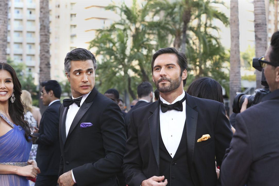 Rogelio (Jaime Camil, r.) wird für eine Auszeichnung als bester Schauspieler nominiert - sein größter Rivale Esteban Santiago (Keller Wortham, r.) a... - Bildquelle: 2014 The CW Network, LLC. All rights reserved.