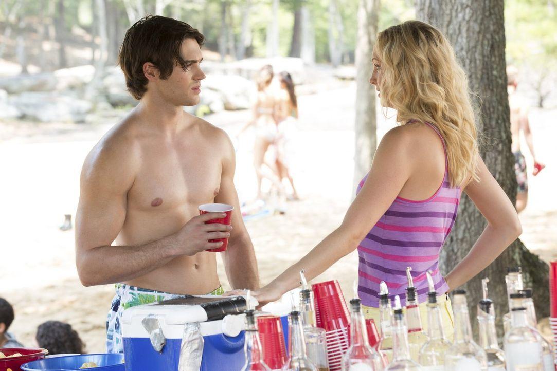 Eigentlich will Jeremy (Steven R. McQueen, l.) nur Spaß haben, aber Caroline (Candice Accola, r.) kann mit wenigen präzisen Worten alles zerstören .... - Bildquelle: Warner Bros. Entertainment, Inc