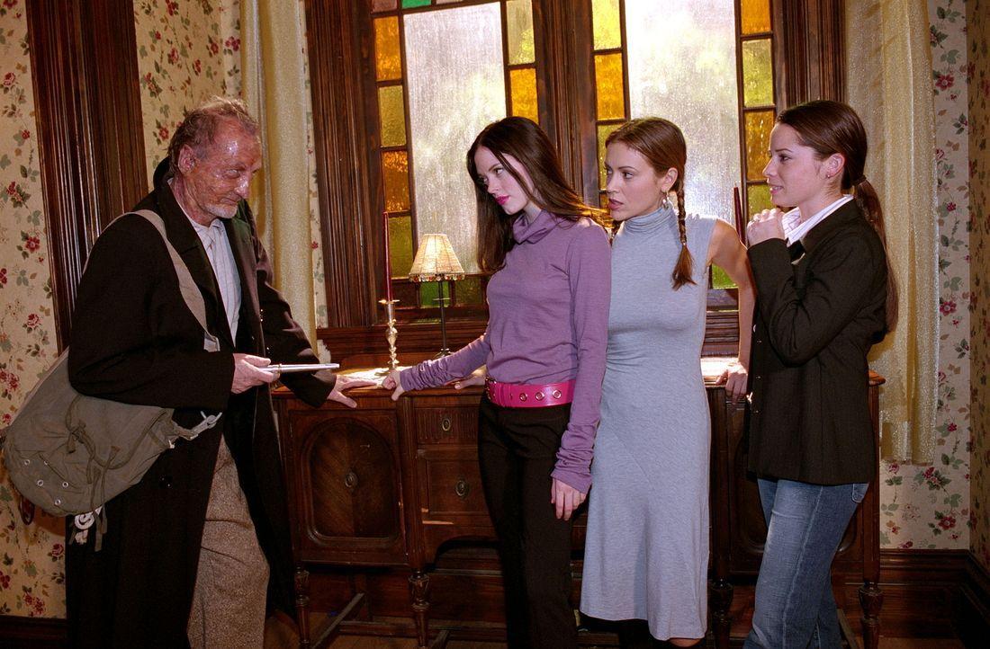 Phoebe (Alyssa Milano, 2.v.r.), Paige (Rose McGowan, 2.v.l.) und Piper (Holly Marie Combs, r.) nutzen ihre gemeinsame Macht, um den Dämonen Gammill... - Bildquelle: Paramount Pictures