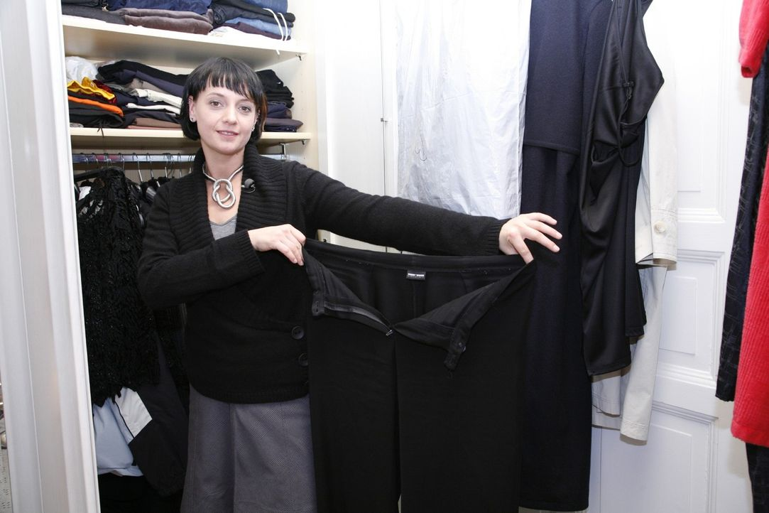 Auch Sina sucht für Frank und seinen Auftritt bei der Schlager-Party das passende Outfit. - Bildquelle: Monika Schürle Sat.1