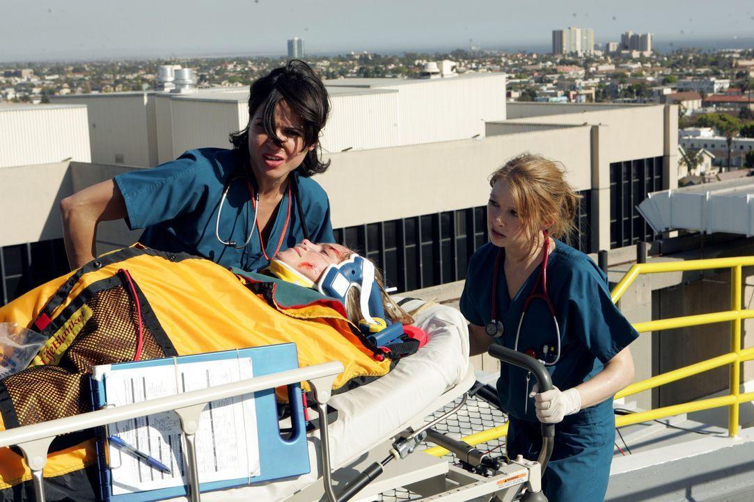 Haben nur eine Stunde Zeit, um ihre schwangere Patientin (Rosalie Ward, M.) zu retten: Dr. Eva Zambrano (Lana Parilla, l.) und Dr. Serena Warren (El... - Bildquelle: Warner Brothers