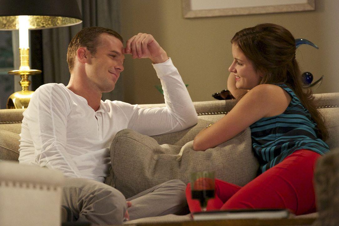 Nachdem ihr Bruder einfach verschwunden ist, versucht Roy (Cam Gigandet, l.) Jamie (Anna Wood, r.) zu trösten ... - Bildquelle: 2013 CBS BROADCASTING INC. ALL RIGHTS RESERVED.