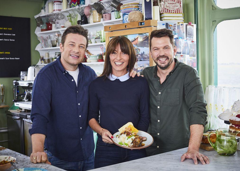 (v.l.n.r.) Jamie Oliver; Davina McCall; Jimmy Doherty - Bildquelle: Steve Ryan Jamie Oliver Productions, 2018 / Steve Ryan
