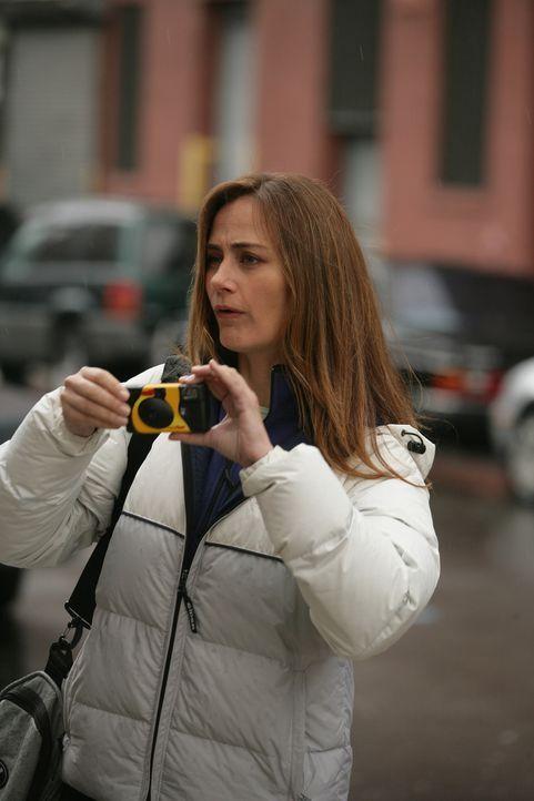 Laura (Diane Farr) kann nicht verstehen, warum ihre männlichen Kollegen andauernd fluchen und schimpfen müssen ... - Bildquelle: 2005 Sony Pictures Television Inc. All Rights Reserved.