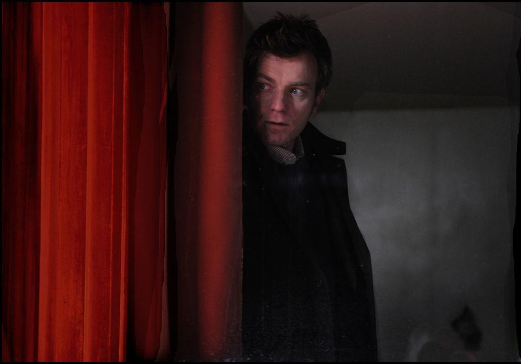 Gerät in Lebensgefahr, obwohl der Ghostwriter (Ewan McGregor) unerkannt im Hintergrund arbeitet ... - Bildquelle: Kinowelt GmbH