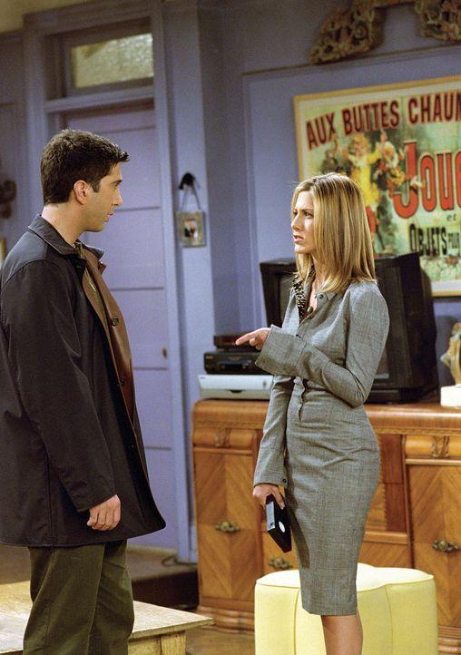 Rachel (Jennifer Aniston, r.) will unbedingt das Videoband sehen, das Ross (David Schwimmer, l.) von ihrer Liebesnacht gemacht hat. - Bildquelle: TM+  WARNER BROS.