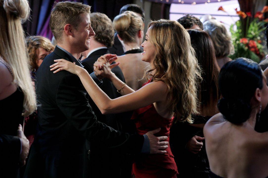 Hat Taylor (Autumn Reeser, r.) eine Chance bei Ryan (Benjamin McKenzie, l.)? - Bildquelle: Warner Bros. Television