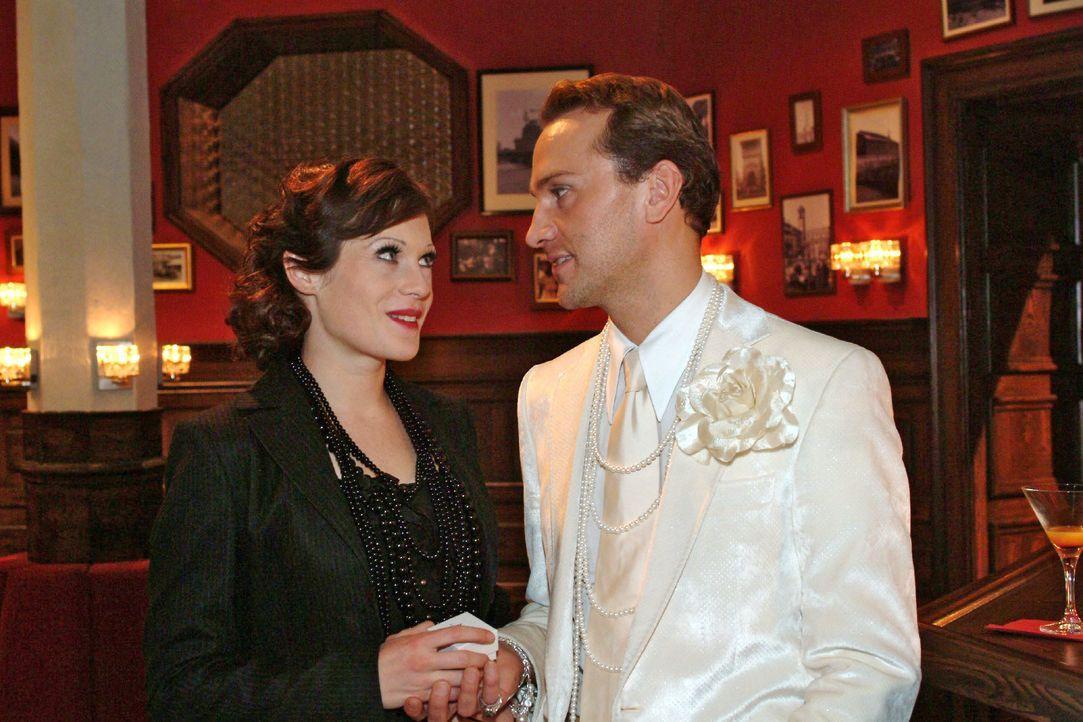 Hugo (Hubertus Regout, r.) ist überglücklich über Brittas (Susanne Berckhemer, l.) Heiratsantrag. - Bildquelle: Monika Schürle SAT.1 / Monika Schürle