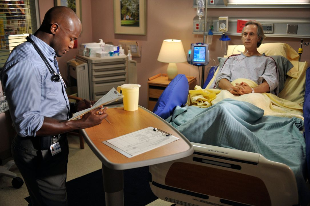 Addison und Sam (Taye Diggs, l.) unternehmen alles, um die Praxis dem Bankrott zu entreißen. Alle Ärzte müssen Überstunden schieben und nach zusätzl... - Bildquelle: ABC Studios