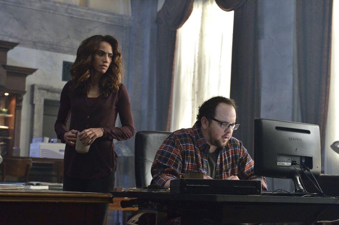 Während Cat dank Heather und J.T. (Austin Basis, r.) schnell wieder aus dem Gefängnis frei kommt, wird Vincent an einem geheimen Ort befragt und gef... - Bildquelle: Ben Mark Holzberg 2016 The CW Network. All Rights Reserved.