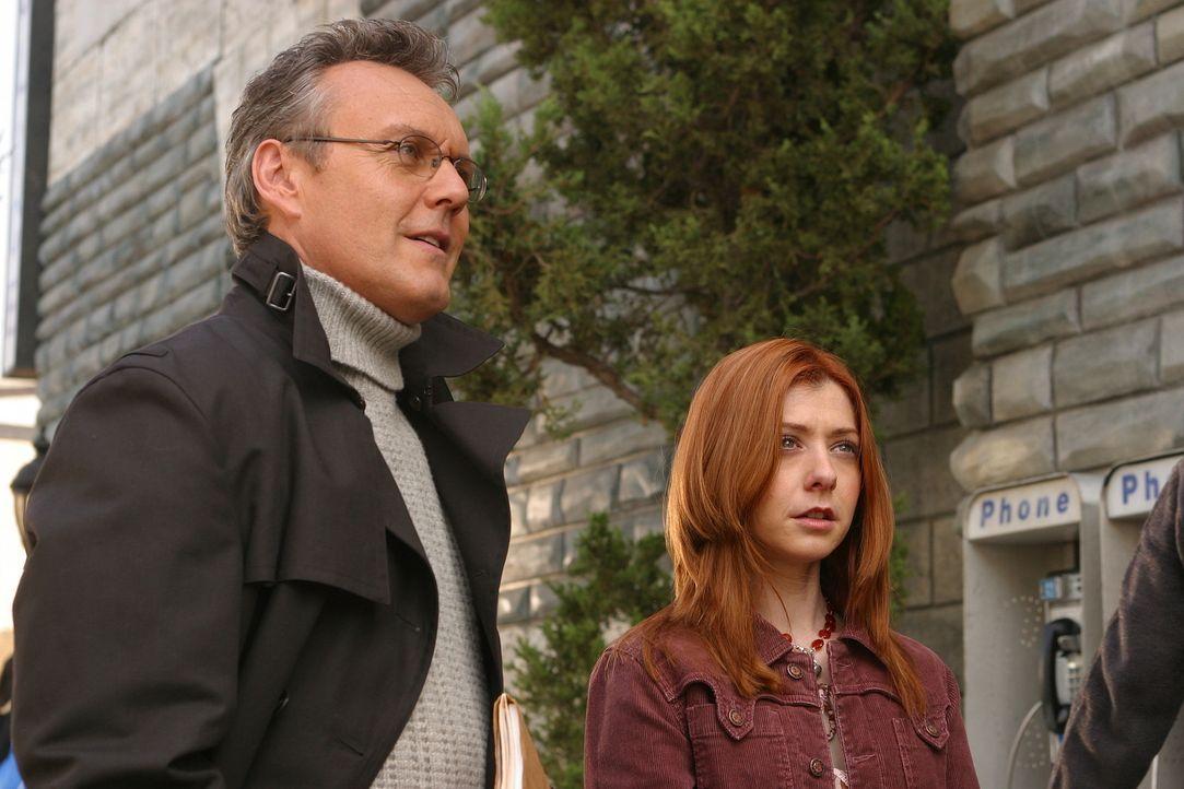 Willow (Alyson Hannigan, r.) und Giles (Anthony Stewart Head, l.) machen sich auf die Suche nach einem geheimnisvollen Feind, der ihnen das Leben im... - Bildquelle: TM +   Twentieth Century Fox Film Corporation. All Rights Reserved.