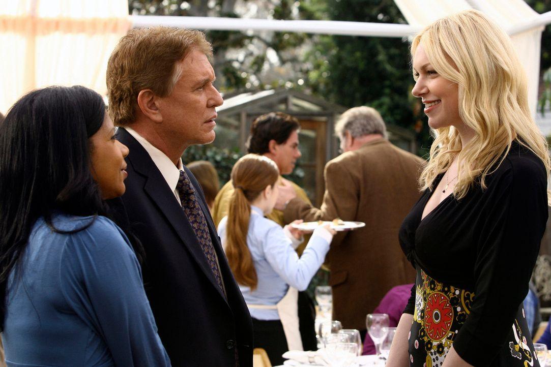 Anscheinend glaubt nicht mal Nicks Vater (Tom Berenger, M.) und seine Freundin Dean (Penny Johnson, l.), dass Nick in Knights Ridge bleibt. Nur Hann... - Bildquelle: ABC Studios