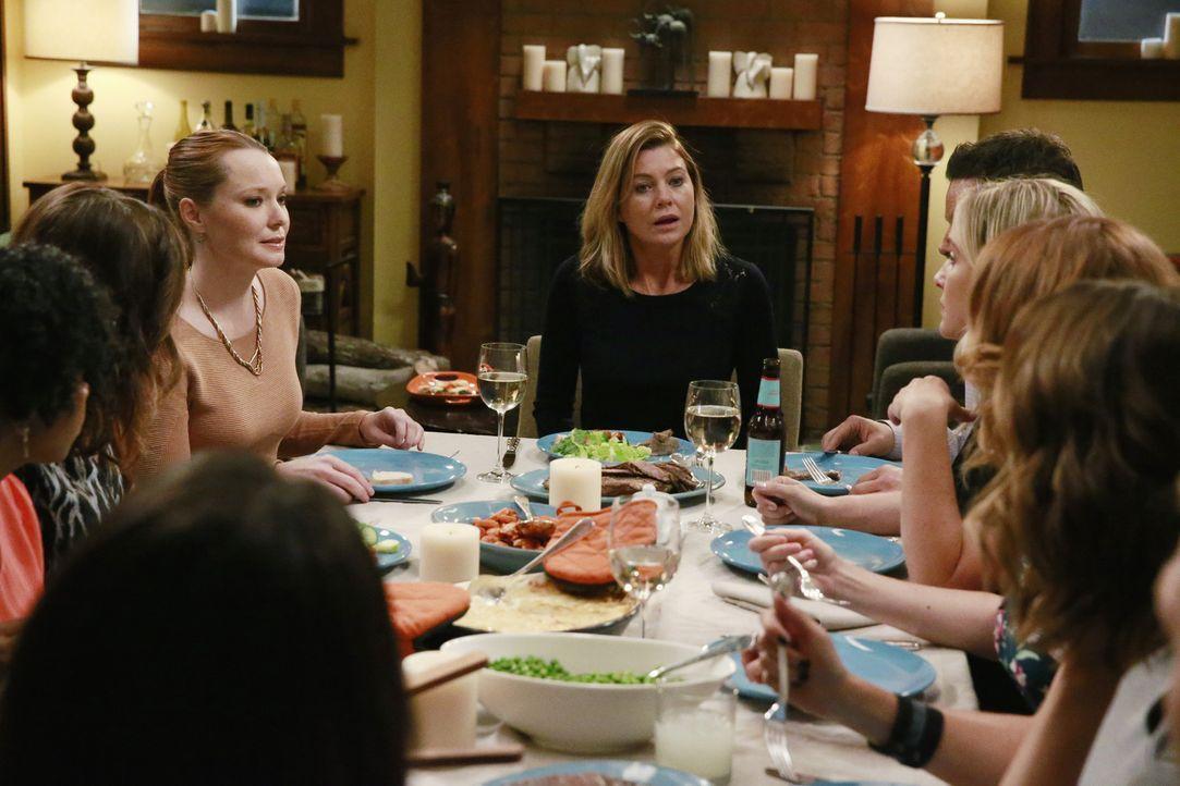 Plötzlich wird es Meredith (Ellen Pompeo, M.) zu viel und sie lässt die Bombe, dass Penny (Samantha Sloyan, hinten l.) Schuld an Dereks Tod ist, pla... - Bildquelle: Mitchell Haaseth ABC Studios