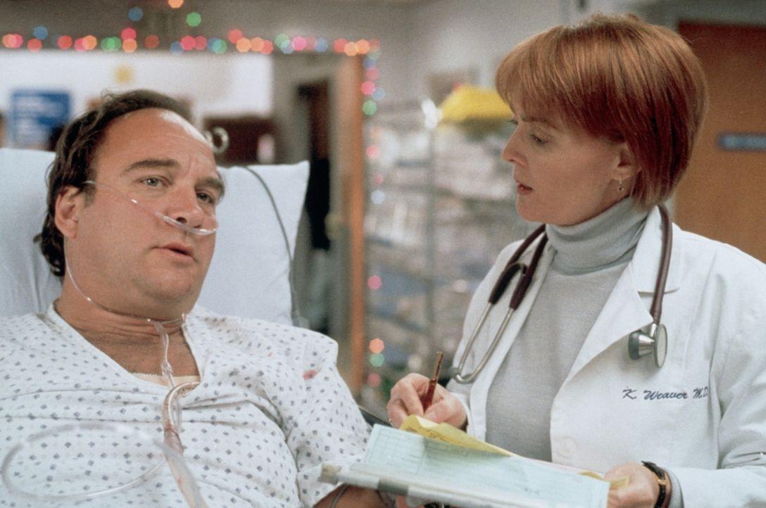 Dan (James Belushi, l.) fragt Dr. Weaver (Laura Innes, r.) nach dem Zustand seines verletzten Sohnes. - Bildquelle: TM+  2000 WARNER BROS.